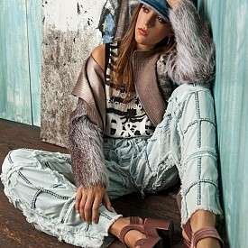Систин Роуз Сталоун: родена на 27 юни 1998 г. в Лос Анджелис, тя е една от трите красиви дъщери на холивудската звезда Силвестър Сталоун и бившата моделка Дженифър Флавин. Но повече от година е извън сянката на известните си родители. Висока 175 см, Систин работи като модел, при това доста успешно.