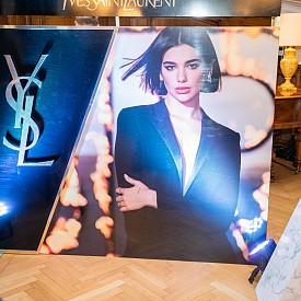 В рекламната кампания на LIBRE Дуа Липа е с класическата за YSL визия - черно сако и панталон