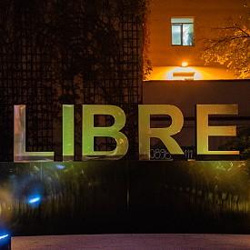 Огромен златист надпис LIBRE, поставен точно пред входа на Посолството, посрещна гостите на събитието