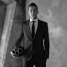 """Немският футболист Юлиан Дракслер е само на 23 години, но вече има редица успехи в спорта. Той е полузащитник, който само на 8 г. става част от """"Шалке"""", а на 18 вече е ключов играч в отбора. На 19 г. той прави дебюта си за немския национален отбор, а на 20 става най-младият футболист, които е участвал в 100 мача от Бундеслигата. В момента Дракслер е футболист на """"Пари Сен Жермен""""."""