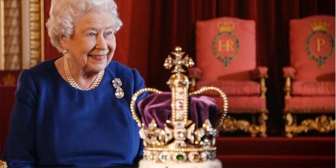 Елизабет II е съгласна, че короната й тежи. Буквално!