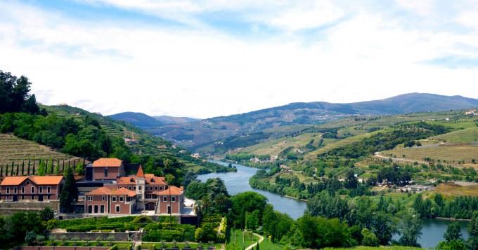 Високо на хълм с гледка към река Дуеро, Португалия,...