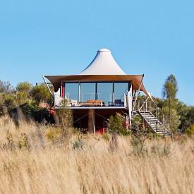 Дълбоко навътре, в пустинята на Централна Австралия,  луксозният еко глемпинг LONGITUDE 131° разполага с палатки и басейн, като всичко е било изработено и сглобено на място, за да няма ненужно пътуване и изразходване на гориво в този природен парк.