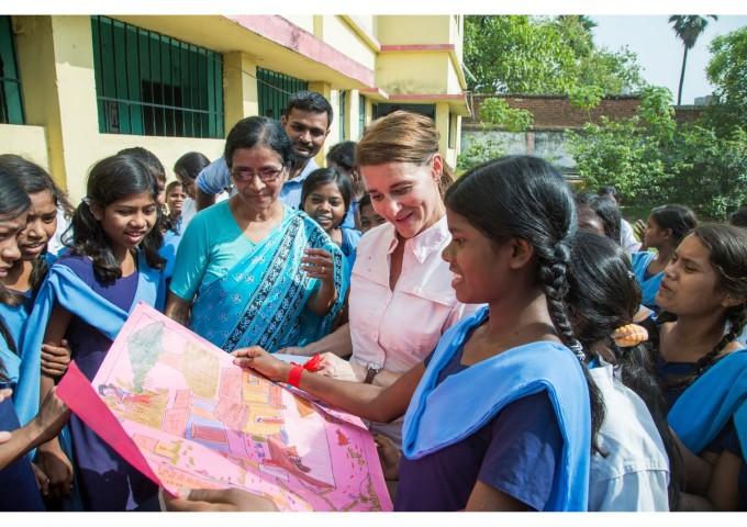 Мелинда Гейтс, заобиколена от ученици по време на посещението й в училище в Судха Варгесе в Индия