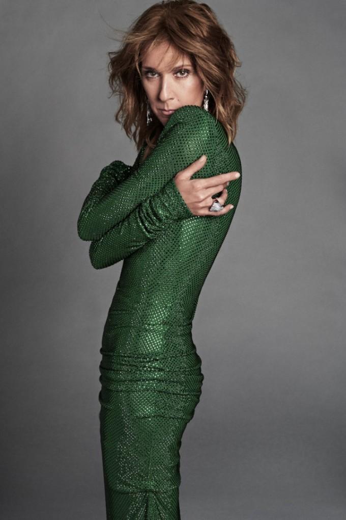 Селин Дион е облечена с рокля със зелени Swarovski кристали ALEXANDRE VAUTHIER, обеци от бяло злато и смарагд и пръстен от бяло злато и диаманти CARTIER.Грим VAL GARLAND за L'OREAL PARIS, фон дьо тен Infaillible 24H Fresh Wear, коректор Infaillible More Than, гел за вежди Unbelieva Brow, спирала Paradise Extatic, сенки за очи La Petite Palette Nudist, течен хайлайтър Glow mon Amour, червило цвят Riche 657.Коса STEPHANE LANCIEN за L'OREAL PARIS, спрей за коса Stylista Beach Wave Mist, спрей за коса Elnett Satin Luminize, вакса за коса Stylista Short Hair Styling Wax, олио за коса Extraordinary Oil