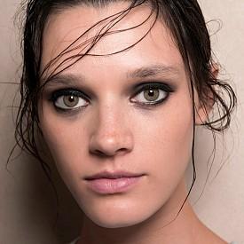 Най-лесното опушено око се прави буквално за минути - само нанесете черно-сиви сенки по целия горен и долен клепач и очертайте очите с молив.