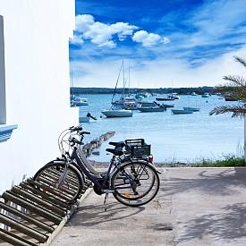 ФОРМЕНТЕРА, ИСПАНИЯ  Едно от най-добрите места за плажни приключение на Средиземноморието. Малкият тих остров привлича любителите на спокойствието, но и на водните спортове.