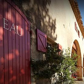 Обкръжена от маслинови дървета, девствени гори и лозя, шато Миравал (Château Miraval) от XVII век в Прованса на южна Франция заема около 200 хектара земя. Джоли и Пит купуват този имот през 2012 г за 60 милиона евро и го превръщат в своя лятна резиденция. Именно тук на 23 август 2014 г се състоя сватбената им церемония, на която бяха поканени само близки приятели и семейството.   На снимката: Château Miraval