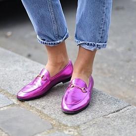 Моделът Jordaan на Gucci, който напомня за емблематичните мокасини Horsebit на марката, създадени през 1953 г. и превърнали се в любими на холивуските звезди. С идването на дизайнера Алесандро Микеле през 2015 г. марката бележи ренесанс към иконите, творени през годините. Мокасините са една от тях. Независимо дали с пета или без, струват си. Има ги в различни цветове, а цената им започва от 450 евро.