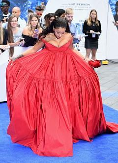 Риана в огнена червена рокля