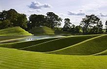 """Градината на космическата теория, Шотландия. - Частната градина със странно име е отворена за посетители само един ден от годината - през май. Тя е вдъхновена от математиката и космическата наука и има уникален дизайн. Създали са я Чарлс Дженкс, съпругата му Маги Кесуик и техният градинар Алистър Кук преди 22 г. Целта била да предизвиква размисъл за същината на Вселената. Особеното в нея са геометричните форми. Там можете да видите черни дупки, фрактали, паралелни светове, спирали, плувнали в зеленина. За разлика от други паркове обаче там няма изобилие от цветя. Но има приложно демонстриране на математическите формули и научни явления!  Не пропускайте! Да се изкачите на """"Могилата на Охлюва"""" - градинска проекция на небезизвестната ДНК спирала. В """"Шестте чувства"""" ще видите растения, стимулиращи определени сетива - лехата на обонянието е ароматна, тази на усещането - с бодливи храсти и коприва."""