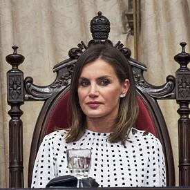 Кралица Летисия в черно-бяла рокля във винтидж стил