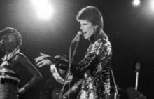 Дейвид Бауи на сцената през 1980 година
