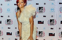 През2010на 'MTV Europe Music Awards', Мадрид, Риана избирадълга официална бяла рокля. Тоалетът й е нежен и елегантен, с много тюл и дантела.
