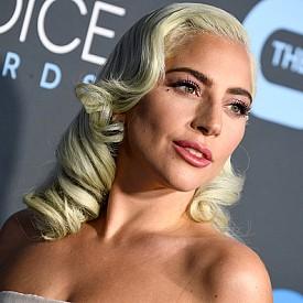 За да постигнете ретро къдриците на Лейди Гага, използвайте маша, но не забравяйте, след като сте ги навили, да ги фиксирате с фиба, докато се охладят.