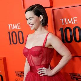 Сърца за червената Dolce&Gabbana рокля на Емилия Кларк