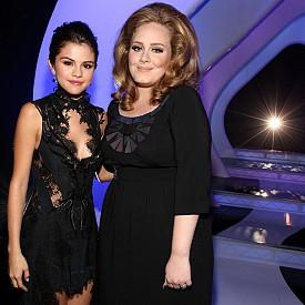 Адел и Селена Гомез на наградите на MTV през 2011 г.