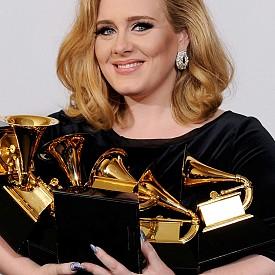 Адел образ куп награди Грами на 54-ата церемония