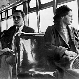 РОЗА ПАРКС отказва да отстъпи мястото си на бял мъж в автобус в Монтгомъри, щата Алабама, през 1955 г. Арестувана е от полицията, след което цветнокожите бойкотират транспортната компания. Отказът й да толерира несправедливостта помага на Движението за граждански права, водено от Мартин Лутър Кинг и разпространило се в цяла Америка. Година по-късно законът за сегрегация е обявен за противоконституционен.