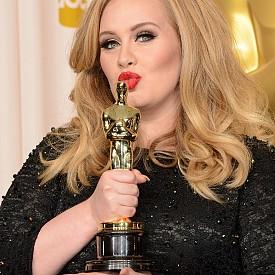 Адел с наградата Оскар през 2013 г.