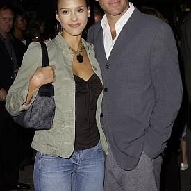 Джесика Алба и Майкъл Уетли – Актрисата е на 19 години, когато се влюбва в 32-годишния тогава Майкъл. Двойката, чиято връзка започва през 2001 г., не губи време и бързо се сгодява. Само няколко месеца по-късно обаче отношенията им приключват и те се разделят. Няма обяснение каква е причината, но най-вероятно е бил фактът, че Джесика е била само на 19 г.