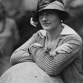 """Кой да знае? Нейна муза били жокейските понита. Техните """"облекла"""" са послужили за вдъхновение за прочутата капитонирана текстура на знаменитата чанта Chanel. Дизайнерката била обсебена от всички атрибути на конния спорт и дори яздела и притежавала свой собствен чистокръвен кон."""