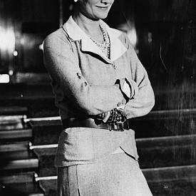 """Коко Шанел обожавала да спортува и да тренира тялото си. Тя се упражнявала често и правела дълги разходки до много късна възраст. Тя настоявала, че всяка жена трябва да има """"дупе като стомана""""."""