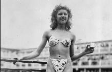 Мишлин Бернардини показва за първи път бански костюм с бикини в Париж през 1946 г.