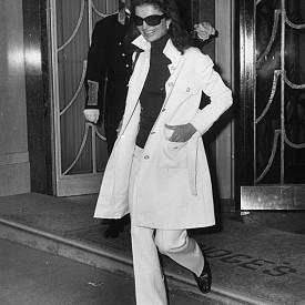 Работила е като журналист и фотограф. Медийната й кариера е започнала след завършването на университета и е била първата й професия. Започнала е работа като репортер за Washington Times-Herald през 1952 г. Задачата й е била да обикаля улиците на столицата и да прави анкети на минувачите. Въпросите, които е задавала, са били от всякакво естество – от разпределянето на личните финанси, до политически пристрастия и семейни взаимоотношения. Любопитното е, че сред анкетираните е бил и бившият президент Ричард Никсън, който бъдещият й съпруг Джон Кенеди побеждава на изборите през 1960 г.