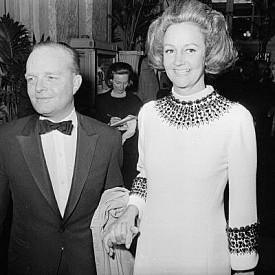 """Труман Капоти с Катрин Греъм, издателката на в. """"Уошингън пост"""", по време на """"Черно-белия бал"""", който писателят организира в хотела, 1966 г."""