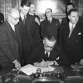 Подписването на Парижкия мирен договор (1947)