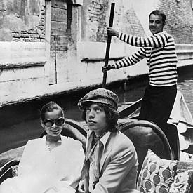 Меденият месец на Бианка Морена и Мик Джагър обаче включва и други дестинации – освен френския остров Корсика, посещават италианския Сардиния и столицата на любовта Венеция през юни 1971 г.