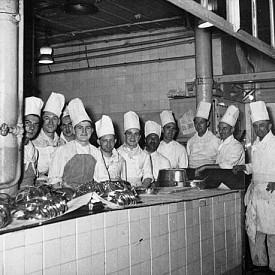 """Част от 50-те шеф готвачи, работили в кухнята на """"Риц"""" през 1948 г. И до днес се смята, че там се предлагат най-изисканите френски блюда."""