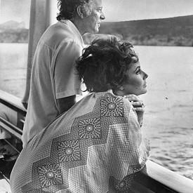"""Вече женени, Елизабет Тейлър и Ричард Бъртън си почиват на борда на своята яхта """"Кализма"""" край бреговете на нос Капо Качия, Сардиния, през лятото на 1967г."""