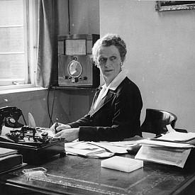 """""""При първия удобен случай Адам е прехвърлил цялата отговорност върху жената."""" Нанси Астор, първата жена, избрана в британския парламент"""