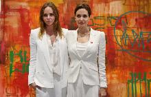 Стела Маккаратни с Анджелина Джоли