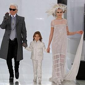Карл Лагерфелд с Кара Делевин и Хъдсън