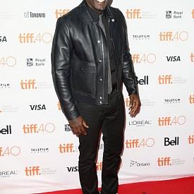 """Идрис Елба - Той е може би най-коментираният актьор за ролята на Джеймс Бонд. Фактът, че Идрис е тъмнокож, предизвика много коментари сред феновете и повдигна не малко въпроси за това може ли цветнокожа звезда да се превъплъти в емблематичния герой. Поне засега коментарите """"против"""" са доста повече от тези """"за."""" Нищо чудно обаче продуцентите да рискуват с Елба."""