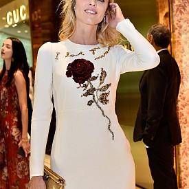 ЕВА ХЕРЦИГОВА, 42 Г. Раждането на три деца не се е отразило никак на фигурата на супермодела. Неотдавна билборд с нейното лице за кампанията на Dom Perignon стана причина за доста пътни инциденти в Париж. Dior сключи договор с 40-годишния модел, а Louis Vuitton  й посвети чанта.