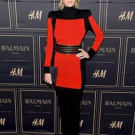 """Дилън Франсис Пен: красивата дъщеря на холивудските звезди Шон Пен и Робин Райт е родена на 13 април 1991 г. в Лос Анджелис. Не е от най-високите момичета (170 см), но пък е достатъчно фотогенична, за да стартира моделската си кариера като лице на Gap. Влиза в тези среди сравнително късно, когато е на 22 г. Дотогава е работила като сервитьорка, доставка на пици по домовете и сценарист на свободна практика. Докато не я снима фотографа Тони Дуран, чиито черно-бели актови снимки й носят договор с агенцията за модели Premier Model Menagament във Великобритания. Дилън и до днес има епизодични изяви в модата, често заедно с брат си Хопър, с когото през 2016 г. дори дефилираха заедно на подиума по време на Седмицата на модата в Милано. В киното също има няколко роли, една от които е в """"Елвис & Никсън"""", където играе също Кевин Спейси."""