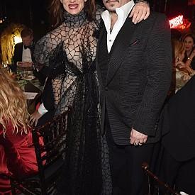 """Джулиет Люис Макар че двамата актьори никога да не са коментирали да са имали флирт, още по-малко връзка, запознати издават, че за кратко те са били заедно. Искрата на любовта пламнала по време на снимките на общата им лента """"Защо тъгува Гилбърт Грейп?"""", в който играят гаджета."""