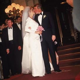 """Доналд Тръмп целува Марта Мейпълс по време на сватбата им в хотел """"Плаза"""", 1993 г."""