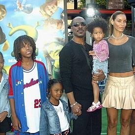 Еди Мърфи с бившата си съпруга Никол и петте им деца