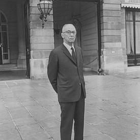 Синът на Цезар Риц – Чарлз, пред хотела през 1955 г.