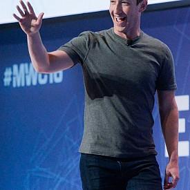 """МАРК ЗУКЪРБЪРГ: Още от дете той се увлича от програмиране, при това доста успешно. Още по време на следването му, компютърни гиганти са му предлагали отлична позиция с прекрасни условия в компаниите им. Но Зъкърбърг предпочел да довърши образованието си във факултет по психология в Харвард, който напуснал само след две години, след като изобретил социалната мрежа Facebook. Това никак не повлияло на неговата кариера, дори през 2010 г списание Times го титулува за """"Човек на годината""""."""