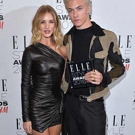 Роузи Хънтингтън Уайтли с Лъки Блу Смит - модел-мъж на годината