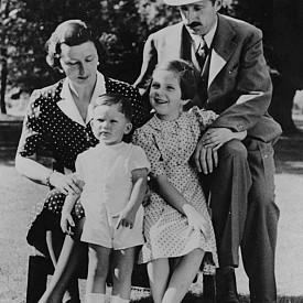 Цар Борис III заедно със съпругата си Йоанна и техните деца - княз Симеон и княгиня Мария Луиза (1939)