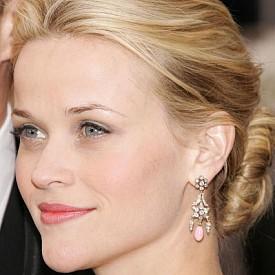 """Ниското кокче и косата със слънчеви кичури изглеждат много елегантно и подчертават добре сърцевидното лице на Рийз Уидърспун. Тя избира тази прическа за """"Оскарите"""" от 2006 г."""