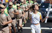 Алесандра Амброзио носи олимпийския огън по време на щафетата в Рио