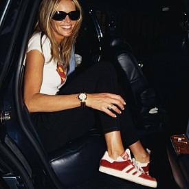S като Superman или Supermodel? Ел Макферсън спокойно може да излезе в този си вид и сега - бяла тениска с лого, черни панталони и класически обувки addidas.